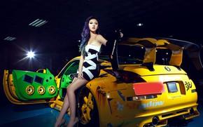 Картинка взгляд, Девушки, Nissan, азиатка, красивая девушка, желтый авто, позирует над машиной