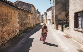 Картинка девушка, город, улица, Франция, сумочка, шляпка, турист, средневековая архитектура, Vienne, Chauvigny, New-Aquitaine
