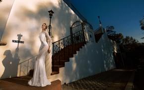 Картинка девушка, дом, модель, платье, ступени, невеста, мода