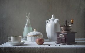 Картинка стол, яблоко, чайник, чашка, посуда, натюрморт, кофейные зерна, скатерть, графин, кофемолка, сахарница