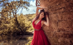 Картинка солнце, деревья, секси, поза, пруд, модель, портрет, макияж, сад, платье, прическа, шатенка, стоит, в красном, …