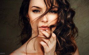 Картинка взгляд, крупный план, лицо, фон, модель, волосы, рука, портрет, макияж, прическа, шатенка, боке, Evgeny Freyer