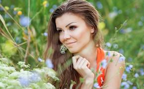 Картинка зелень, лето, трава, взгляд, девушка, солнце, цветы, природа, улыбка, портрет, макияж, прическа, шатенка, симпатичная, боке