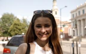 Картинка взгляд, город, улыбка, модель, портрет, макияж, очки, прическа, шатенка, боке, Zishy, Clara Mabee