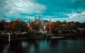 Картинка дорога, осень, небо, облака, деревья, город, река, замок, берег, пирс, башни, мостик, набережная, водоем