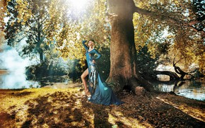Картинка лес, солнце, украшения, деревья, природа, поза, туман, стиль, река, перья, макияж, фигура, платье, прическа, блондинка, …