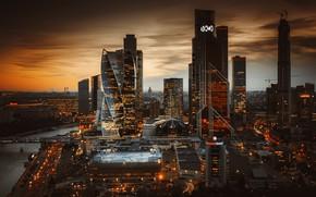 Картинка осень, закат, город, река, здания, дома, вечер, освещение, Москва, небоскрёбы, мегаполис, Москва-Сити, бизнес-центр