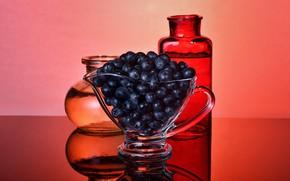 Картинка стекло, отражение, ягоды, стол, черника, бутылки, красный фон, голубика, вазочка, бутылочки, кувшинчик