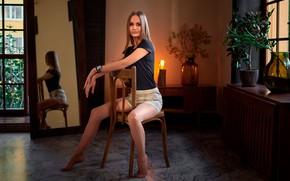 Картинка девушка, поза, отражение, ноги, шорты, зеркало, футболка, стул, Сергей Ольшевский