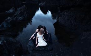 Картинка девушки, обрыв, три, полумрак, трио, сидят, скалы.водоем