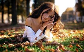 Картинка осень, взгляд, листья, девушка, солнце, красивая, плечо, Sergey Vostrikov