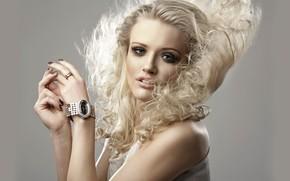 Картинка взгляд, поза, фон, модель, часы, портрет, руки, макияж, прическа, блондинка, красотка