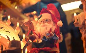 Картинка зима, свет, праздник, игрушка, свечи, кукла, Рождество, Новый год, Санта Клаус, Дед Мороз, магазин, боке, …