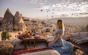 Обои девушка, горы, стол, шары, еда, подушки, фрукты