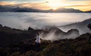 Картинка взгляд, девушка, солнце, облака, свет, горы, поза, туман, обрыв, настроение, скалы, романтика, растительность, склоны, вершины, …