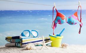 Картинка песок, море, пляж, солнце, отдых, полотенце, горизонт, очки, ракушки, морская звезда, бюстгальтер, верёвка, прищепки, боке, …