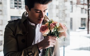 Картинка взгляд, цветы, букет, парень, плащ