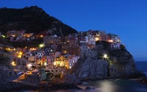 Картинка море, скала, побережье, гора, дома, вечер, освещение, Италия, посёлок, Manarola, Манарола, Cinque Terre, Чинкве-Терре