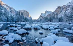 Картинка зима, лес, небо, снег, деревья, пейзаж, горы, природа, камни, скалы, голубое, берег, вершины, ели, Калифорния, …