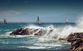 Картинка море, пейзаж, брызги, природа, камни, лодки, прибой, парусники, средиземноморье