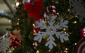 Картинка зима, праздник, Рождество, Новый год, ёлка, хвоя, снежинка, ёлочные игрушки, новогодние украшения, новогодние декорации
