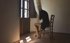Картинка девушка, стул, занавески