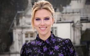 Картинка взгляд, лицо, поза, улыбка, портрет, макияж, актриса, Scarlett Johansson, певица, Скарлетт Йоханссон, hair