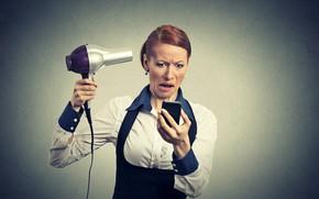 Картинка поза, фон, женщина, макияж, прическа, костюм, блузка, шатенка, стоит, гримаса, недовольство, держит, смартфон, фен