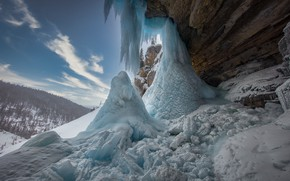 Картинка зима, лес, снег, природа, скалы, водопад, лёд, сосульки, склон, холм, замерзший, сталагмиты, сталактиты