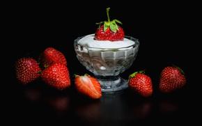 Картинка отражение, ягоды, клубника, черный фон, крем, сметана, креманка