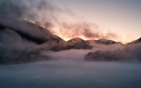 Картинка зима, лес, снег, горы, природа, туман, река, холмы, склоны, вершины, лёд, пар, дымка, силуэты, водоем, …