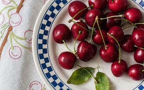 Картинка ягоды, тарелка, черешня, листики