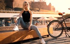 Картинка солнце, велосипед, город, модель, портрет, макияж, майка, прическа, блондинка, сидит, кроссовки, позирует, боке, лосины