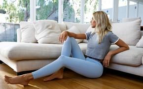 Картинка девушка, поза, диван, футболка, на полу, Natalie Jayne Roser