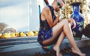 Картинка girl, dress, legs, photo, photographer, barefoot, model, bokeh, lips, face, blonde, vase, Belle, sitting, sunglasses, …