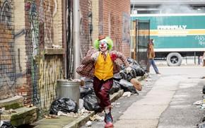 Картинка улица, клоун, Джокер, бежит, Joker, Joaquin Phoenix, Хоакин Феникс