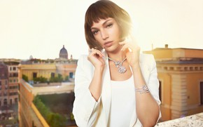 Картинка крыша, взгляд, девушка, солнце, украшения, лицо, город, поза, стиль, фото, модель, красивая, Ursula Corbero