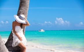 Картинка море, пляж, девушка, солнце, поза, шляпа, фигура, платье, шатенка, стоит, в белом, боке, у дерева