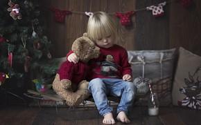 Картинка комната, настроение, праздник, игрушка, игрушки, новый год, рождество, подушки, малыш, мишка, ёлка, гирлянда, санки, ребёнок, ...