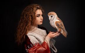 Картинка девушка, сова, птица, портрет, макияж, кудри, сипуха, тёмный фон, Алина Заславская, Григорий Лифин