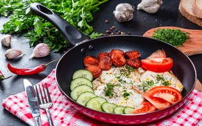 Картинка стол, сосиски, еда, яйца, завтрак, нож, перец, вилка, яичница, помидоры, петрушка, салфетка, огурцы, чеснок, сковорода, …
