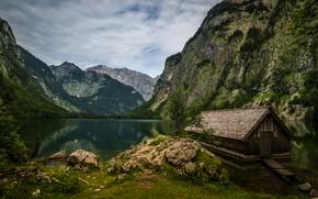 Картинка зелень, лес, лето, небо, облака, горы, озеро, камни, скалы, берег, растительность, Альпы, сарай, деревянный, домик, …