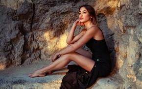Обои секси, поза, камни, модель, портрет, макияж, фигура, платье, прическа, шатенка, ножки, красотка, сидит, в черном, ...