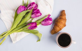 Картинка кофе, букет, фиолетовые, тюльпаны, круассан