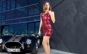 Картинка поза, модель, здание, портрет, макияж, фигура, платье, прическа, шатенка, красотка, стоит, автомобиль, сексуальная, Silvia Hauten