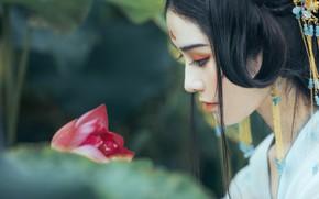 Картинка цветок, листья, девушка, украшения, природа, лицо, поза, ресницы, стиль, фон, милая, белое, японка, портрет, макияж, …