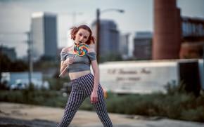 Картинка девушка, поза, конфета