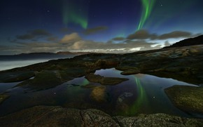 Картинка море, небо, звезды, облака, ночь, отражение, камни, скалы, берег, северное сияние, горизонт, Россия, ночное, скалистый, …