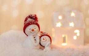 Картинка зима, снег, улыбка, праздник, игрушки, Рождество, Новый год, снеговики, домик, снеговик, парочка, фигурки, шапочки, позы, …