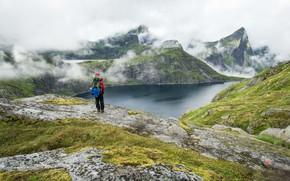 Картинка Природа, Облака, Горы, Трава, Озеро, Человек, Камни, Пейзаж, Туризм